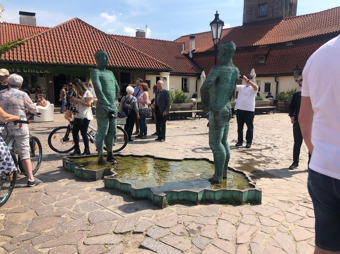 Die pinkelnden Statuen von David Cerny